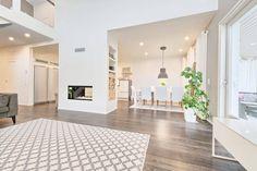 Olohuoneen ja keittiön välissä kaunis läpiseinän-kiertoilmatakka, tulta voi ihastella molemmin puolin.