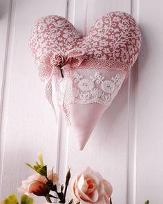 🌷 uma história de amor e delicadeza 🌷 #coração #love  #romantismo a #alovestory  #decorarcomamor  #decor  #shabbychic  #tilda 💕 Valentine Heart, Valentine Crafts, Valentines, Sewing Hacks, Sewing Crafts, Crafts To Make, Diy Crafts, Shabby Chic Pillows, Fabric Hearts