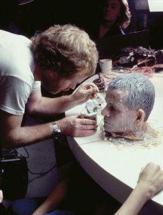 "Ridley Scott ""decora"" a Holm con fideos, bolitas de vidrio y caviar barato. Foto: empireonline.com"