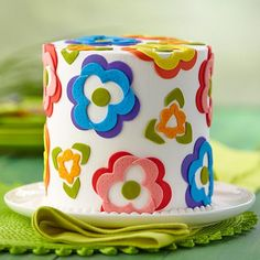 Cheery Fondant Flower Array Cake - These pretty flowers will brighten even a rainy spring day! Creative cutting techniques using the Wilton Romance Cut-Out Set will bring a blooming garden of color to your celebration. Wilton Cakes, Fondant Cakes, Cupcake Cakes, Fondant Bow, 3d Cakes, Fondant Tutorial, Fondant Figures, Pretty Cakes, Cup Cakes