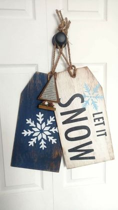 Crafts Design Easy DIY Christmas Decor Ideas for Front Porch - Wooden Signs Christmas Wood Crafts, Diy Christmas Decorations Easy, Christmas Signs, Rustic Christmas, Christmas Projects, Holiday Crafts, Winter Wood Crafts, Wooden Christmas Ornaments, Snowman Crafts