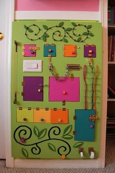 Homemade Busy Board / Activity Board: Great for developing toddlers' small motor. Sensory Wall, Sensory Boards, Sensory Activities, Infant Activities, Activities For Kids, Autism Sensory, Ideas Paneles, Board Ideas, Diy For Kids