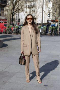 Kadın bej takım elbise kombinasyonları sezonun ilgi çekici trendleri arasında. Kadın bej takım elbise modelleri, trendi. Sokaktan Al trendi. #trend #bejtakım Alexa Chung, Duster Coat, Khaki Pants, Jackets, Fashion, Down Jackets, Moda, Khakis, Fashion Styles
