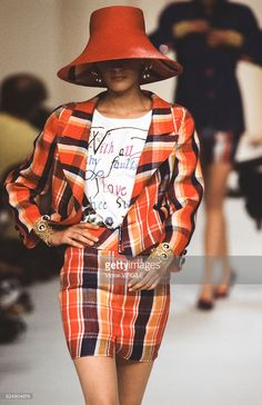 A model walks the runway at the Valentino Ready to Wear Spring/Summer 1991 fashion show during the Paris Fashion Week on October, 1990 in Paris, France. Valentino Couture, Valentino Garavani, High Fashion, Fashion Show, Paris Fashion, Kid Capri, Ugly To Pretty, Almost Famous, African Beauty