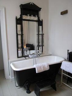 20 Cool Black Bathtub With Gothic Influence Gothic Bathroom, White Bathroom, Industrial Bathroom, Black Bathtub, Big Bathtub, Black Tub, Bathtub Ideas, Goth Home, White Cottage