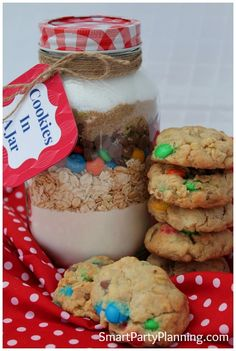 Cookies in a jar make the perfect teachers or secret Santa gift. They look fantastic, taste delicious and are that little bit unique. Mason Jar Meals, Mason Jar Gifts, Meals In A Jar, Mason Jars, Gift Jars, Jar Food Gifts, Cookie Gifts, Mason Jar Cookies, Cookie Jars