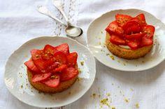 Ces tartelettes sont préparées sur une pâte à sablé breton, ce qui donne un joli contraste entre le croustillant de la base, le moelleux de la crème et le coté acidulé des fraises.