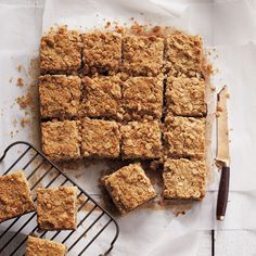 This delicious date squares recipe is a simple blend of brown sugar, oats, butter and sweet dates – a comforting treat for a cozy winter afternoon. Köstliche Desserts, Dessert Recipes, Fruit Recipes, Recipies, Yummy Treats, Sweet Treats, Chocolate Muffins, Healthy Chocolate, Chocolate Squares