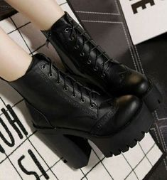 NEEEED(even though I have a ton of big black boots) NEEEED (obwohl ich eine Tonne große schwarze Stiefel habe) Grunge Outfits, Edgy Outfits, Mode Outfits, Girl Outfits, Hipster Fashion Style, Grunge Fashion, Gothic Fashion, Cute Shoes, Me Too Shoes