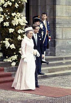 Prinses Margriet en haar echtgenoot Pieter van Vollenhoven verlaten het paleis op de Dam, voor het huwelijk van prinses Beatrix en prins Claus. ANP PHOTO ROYAL IMAGES