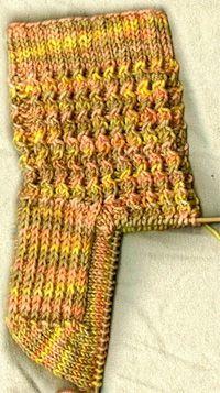 Esta es la traducción de un patrón en inglés de Jeannie Townsend (Wiggle Socks). Se teje con 5 agujas (o circulares si prefieren). Empezando con el elastico y terminando con la puntera. Cualquier duda escribanme, con gusto les explico mejor cualquier parte del patrón. Materiales. Lana lavable merino (hay lanas especiales para medias que son un poquitin elastizadas, quedan perfectas), 5 Agujas de dos puntas Nro.3 (el número de las agujas es acorde al grosor de la lana que usen). 1. Empezam...