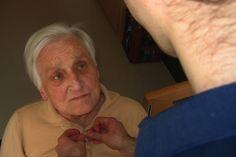 Une auxiliaire de vie sociale aide une personne âgée à s'habiller. (Droits: Geralt, CC0 Public Domain)
