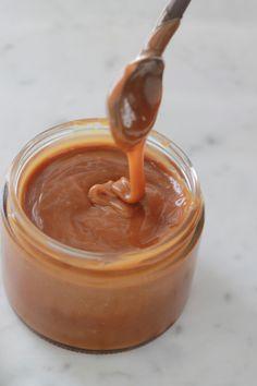 Homemade salted butter caramel sauce - Hard to resist this salted butter caramel, a classic of Breton cuisine. Sauce Au Caramel, Creme Caramel, Caramel Dip, Vegan Caramel, Caramel Candy, Caramel Brownies, Caramel Recipes, Caramel Apples, Desserts Caramel