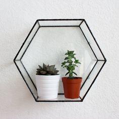 Die handgefertigten Glas Hexagon frei stehen als ein leeres Regal Dekoration benutzt, voller Pflanzen, Schmuck, Nic Nacs oder verwendet werden kann auch als ein Kakteen und Sukkulenten Pflanzer, und erstellen Sie Ihre eigenen indoor-Garten! Dieses Sechseck-Design kommt in 4 verschiedenen Designs, dem Box-Wand-Display, frei Stand, das Wandregal Display und Feld frei Stand. Jedes Design gibt es in verschiedenen Größen, die im Dropdown-Menü Größe angezeigt werden. Pflegehinweise/und kleine...