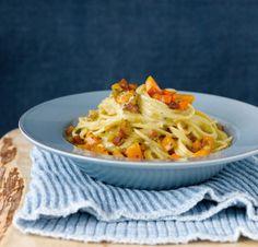 Rezept für Kürbis-Carbonara bei Essen und Trinken. Ein Rezept für 2 Personen. Und weitere Rezepte in den Kategorien Eier, Gemüse, Kräuter, Milch + Milchprodukte, Nudeln / Pasta, Schwein, Hauptspeise, Braten, Einfach, Schnell.