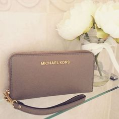 Fashion store on Michael Kors wallet dark dune. This wristlet style from MK is everything I need in a wallet! I really want it in the dark dune shade! I am on the hunt for it! Michael Kors Clutch, Jet Set Michael Kors, Michael Kors Designer, Cheap Michael Kors, Michael Kors Outlet, Handbags Michael Kors, Mk Handbags, Fashion Handbags, Purses And Handbags