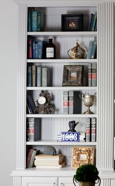 Tips On Styling Bookcases Cedar Hill Farmhouse Country Style Homes, French Country House, French Country Decorating, Bookcase Styling, Built In Bookcase, Cedar Hill Farmhouse, Country Farmhouse, Farmhouse Bookcases, Decor Crafts