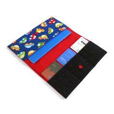 Entièrement fait à la main, létui Lolikö est rigide, pratique et spécialement conçu pour y insérer le carnet de santé de votre enfant ainsi que ses cartes didentité. Faites-le personnaliser afin de le rendre unique
