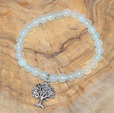 Bracelet en jade olive avec brelogue arbre.  Elastique pour s'adapter à tous les poignets.