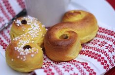 Lucia Buns (Lussekatter) & How to Celebrate St. Lucia Day - Swedish Christmas Holiday #sweden #christmasholiday #stlucia