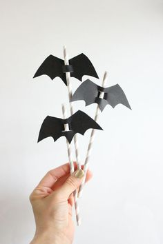 DIY Halloween Straw Toppers #kidshalloweenparty #childrenshalloweenpartyideas #kidshalloween #halloweendecorations