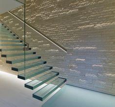 wunderschöne Treppe aus festem Acryl  und Glas mit Edelstahlhandlauf