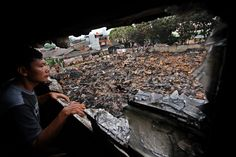 Warga melihat sisa kebakaran di Jalan Kemanggisan Pulo, Palmerah, Jakarta Barat, Selasa (10/5). Kebakaran yang melanda lapak pengepul barang bekas pada Senin (9/5) malam tersebut diduga terjadi akibat percikan kembang api yang mengenai tumpukan plastik di sekitar lokasi kejadian.