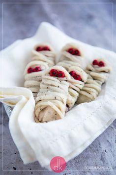 Ciastka mumie - #przepis na ciasteczka mumie na #halloween, do udekorowania lukrem plastycznym imitującym bandaż. #przepisy #ciasteczka #ciastka Fondant, Cookies, Food, Crack Crackers, Biscuits, Essen, Meals, Cookie Recipes, Gum Paste
