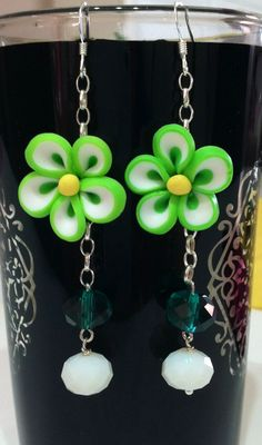 Orecchini con fiore fimo nelle tonalità primaverili del verde!