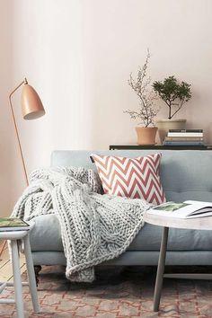 Poederachtige pastel abrikozen roze kleur, mooi in combinatie met grijstinten en wit.
