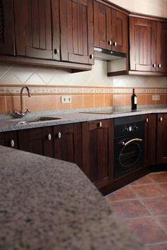 Dise o de cocinas en chinchon madera rustico on pinterest for Muebles de cocina oscuros