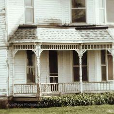 Sweet white farmhouse 💚💚💚