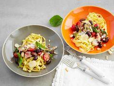 Pasta puttanesca eli tomaatti-anjovispasta syntyy helposti kotikeittiössäkin. Valitse makusi mukaan tagliatelleä tai spagettia. Lisää pastan pinnalle lopuksi...