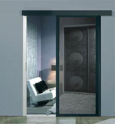 Das inova Schiebetür-System swing mit schwarzem float Glas. Schiebetüren sind platzsparende und damit die ideale Alternative zu Zimmertüren - Für Haus und Wohnung. Mehr zum Thema auch im inova-Blog:http://www.inova-wohnen.com/schiebetuer-statt-zimmertuer/