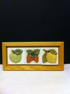 il bellissimo quadro con frutta è in ceramica italiana prodotto e dipinto a mano da Egan. www.elisa-regali.it