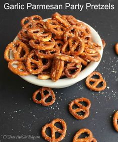 Today's Time Saving Tuesday Garlic Parmesan Pretzels recipe is an easy, delicious, inexpensive snack that's great any time. Football season is here and with that comes party snack… Pretzel Seasoning Recipes, Pretzels Recipe, Spiced Pretzels, Best Appetizers, Appetizer Recipes, Snack Recipes, Delicious Appetizers, Popcorn Recipes, Appetizer Ideas