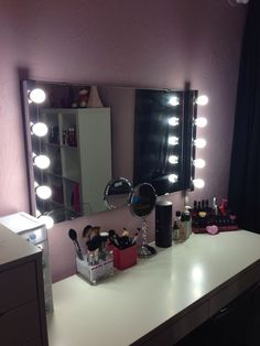 Do you want to make DIY vanity mirror? Try this DIY vanity mirrors with lights, … – cheap kitchen cabinets Hollywood Style Mirror, Hollywood Vanity, Hollywood Bedroom, Hollywood Lights, Floating Shelves Bedroom, Floating Shelves Kitchen, Diy Vanity Mirror With Lights, Vanity Mirrors, Lighted Mirror