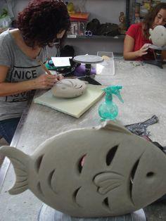 Modelando los peces Pottery Animals, Ceramic Animals, Clay Animals, Ceramic Art, Hand Built Pottery, Slab Pottery, Ceramics Projects, Clay Projects, Clay Fish