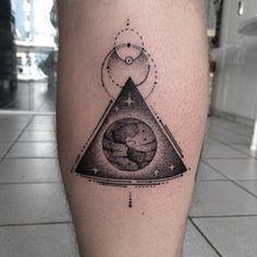 Este é o desenho para quem busca uma perspectiva mais metafísica da Terra. | 18 lindas tatuagens espaciais que irão encantar você