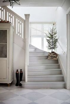 Simple, yet beautiful Christmas decorati. - Christmas tree on the stairs and other simple, yet beautiful Christmas decorating ideas. Scandinavian Christmas Decorations, Decor Scandinavian, Minimalist Scandinavian, Swedish Home Decor, Swedish Cottage, White Cottage, Swedish Farmhouse, Coastal Cottage, Cottage Style