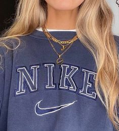 Cute gold necklace with nike symbol simple day-to-day wear Indie Outfits, Retro Outfits, Cute Casual Outfits, Vintage Outfits, Fashion Outfits, Stylish Outfits, Vintage Nike Sweatshirt, Sweatshirt Outfit, Kleidung Design