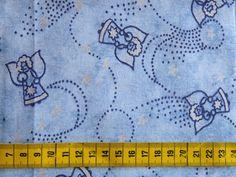 Kerst - Katoenen stof met een print van donkerblauwe en zilveren engeltjes en sterren op een blauwe achtergrond