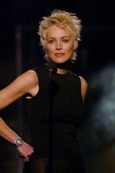 Sharon Stone Photos - 9093 of 9130 Photos: Annual Golden Globes Awards - Show - Haarschnitt kurz - Sale Sharon Stone Short Hair, Sharon Stone Hairstyles, Short Shag Hairstyles, Short Hairstyles For Women, Cool Hairstyles, Funky Short Hair, Short Hair With Layers, Short Hair Cuts For Women, Short Curly Hair