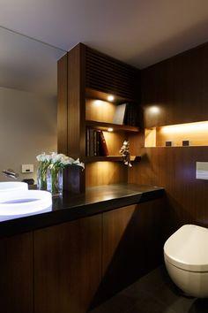 トイレをリフォームするなら、インテリアにもこだわりましょう。寝室のようなくつろぎ、書斎のような落ち着き。さまざまなトイレのリフォーム実例をご紹介します。