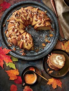 Apple-Spice Bundt Cake with Caramel Frosting We updated an old-fashioned Southern cake with the warm spice of chai, an Indian tea. Praising the flavors of autumn, this Bundt cake can. Thanksgiving Desserts Easy, Fall Desserts, Just Desserts, Dessert Recipes, Pie Dessert, Thanksgiving Turkey, Dinner Recipes, Bunt Cakes, Cupcake Cakes
