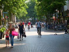 De Groest. Gezellig verzamelpunt van winkelaars, fietsers en terrasjes.