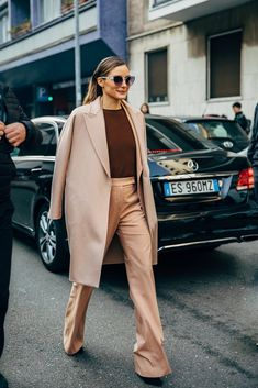 Milan Street Style Is the Most Fun You'll Have at Fashion Week Estilo Olivia Palermo, Olivia Palermo Style, Look Street Style, Autumn Street Style, Street Chic, Street Fashion, Paris Street, Street Wear, Foto Fashion