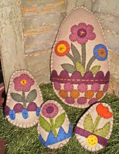 Primitive Country Spring Eggs Whip up a set of our NEW Spring eggs to fill a bowl or add a hanger and dangle them from an egg tree or peg hook. Easter Projects, Easter Crafts, Felt Crafts, Crafts To Make, Easter Ideas, Felt Projects, Spring Crafts, Holiday Crafts, Easter Egg Pattern