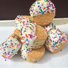 Homemade Cookie Dough Stuffed Oreos topped with White Chocolate and Rainbow Sprinkles 🌈 Köstliche Desserts, Delicious Desserts, Yummy Food, Sweet Recipes, Snack Recipes, Dessert Recipes, Cute Food, I Love Food, Homemade Cookie Dough