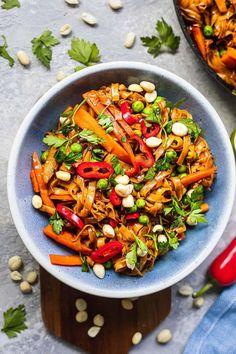 Easy Vegan Pad Thai (Gluten-free) | Earth of Maria Quick Vegan Meals, Easy Vegan Dinner, Vegan Lunch Recipes, Vegan Dinners, Veggie Recipes, Real Food Recipes, Easy Meals, Healthy Recipes, Vegan Food